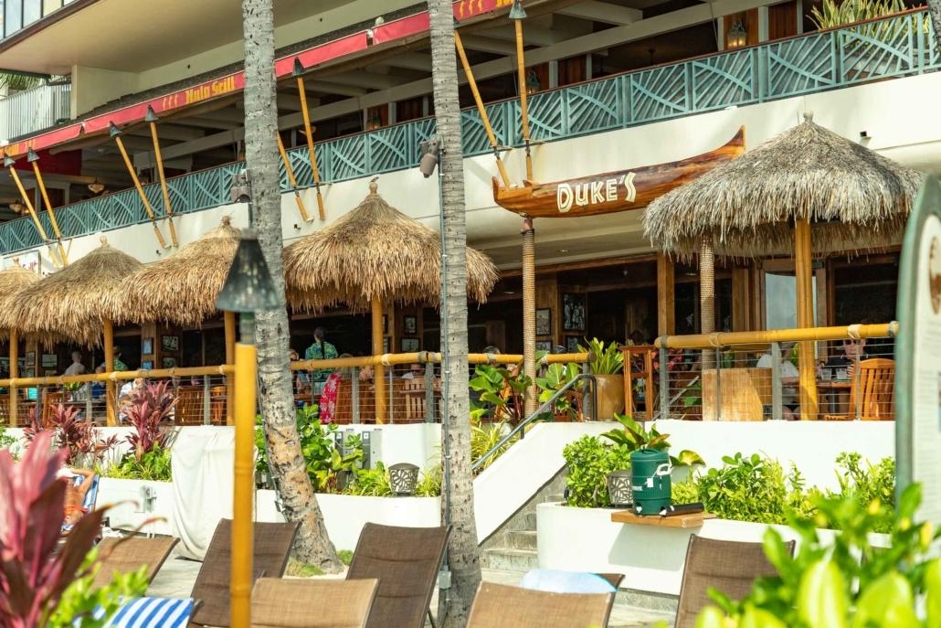 Duke's Restaurant Waikiki Exterior and Chairs